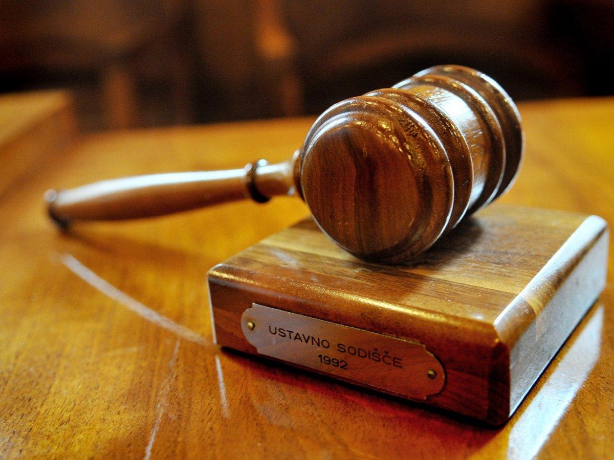 Ustavno sodišče je zadržalo vladni odlok o pogoju PC za državno upravo